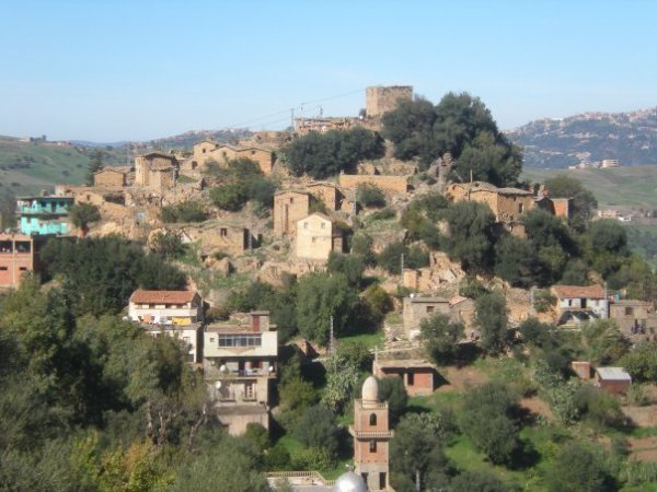 '''Ath El Kaïd est un village ancien comme il n'en existe plus''' aujourd'hui dans l'histoire