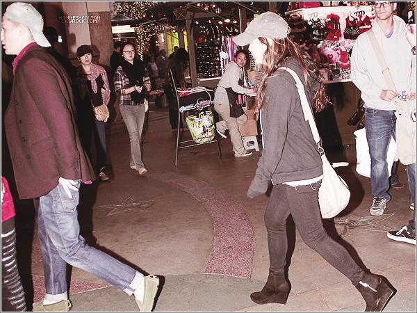 • 25 Nov. Colton et une amie allant au cinéma à The Grove dans W. Hollywood.      Il semblerait que la femme auprès de Colton soit Ally Maki. Cependant je n'en suis pas sûre !