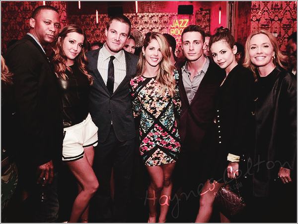 [font =consolas] • 16 Mai. Le même jour, le cast d'Arrow s'est rendu l'after party du CW Upfronts.     Tant de perfection dans ce cast. Mon dieu... que je les aime ! ** ♥