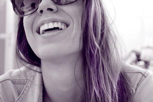 Aujourd'hui on m'a demandé: ''Comment tu fais pour toujours avoir le sourire, rigoler...?'' J'ai répondu : ''Je fais semblant.''