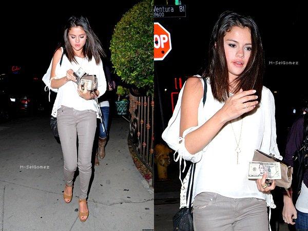 Notre belle Gomez a été vu sortant d'un restaurant le 22/02/12.