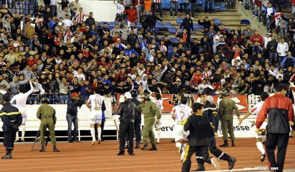 Grande communion entre Joueurs et Ultras à la fin du match.