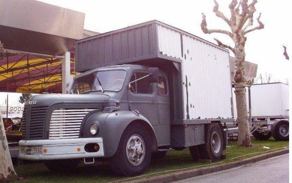 Convoi forain avec ex tracteur Berliet TLR de 1960  et sa roulotte Rion Chauvigny. Envoie de BOULARA  http://boulara.skyrock.com/