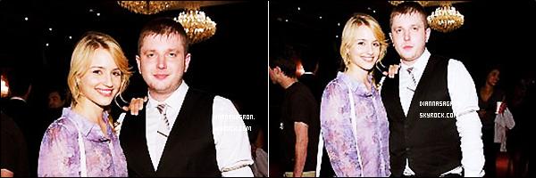4 mai 2011 : C'est toute belle qu'un paparazzi a chopé notre miss Di' sortant du magasin « AT&T » à Beverly Hills .