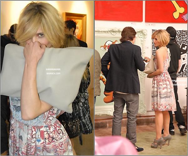 12 Mai 2011: Notre belle Dianna , passionnée de photographie, a été à l'inauguration d'une nouvelle galerie d'art à Los Angeles .