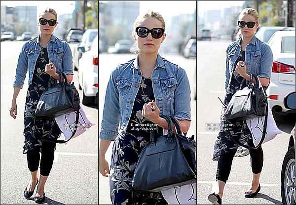 22 Mars 2012 | Dianna a été vue faisant du shopping avec ses lunettes de soleil dans un quartier de Los Angeles !