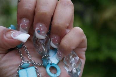 nail art blanc et strass turquoise