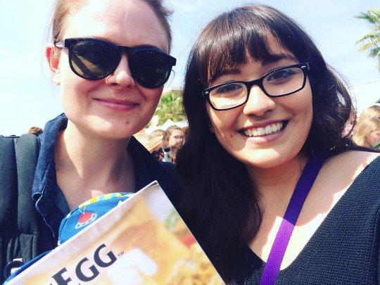 Emily avec une fan lors d'un festival vegan