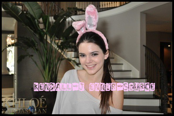 Kloé a posté une nouvelle photo de Kendall pour la fête de Paque +une photo d'un repas avec Scott + Kim a posté une photo sur son twitter