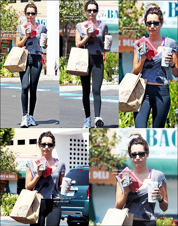 6 mai 2011 - Ashley Tisdale allant à la gym de Toluca Lake.  7 mai 2011 - Ashley,accompagné de Vanessa Hudgens à la première ''Pirates des Caraîbes 4' Top ou Flop ?