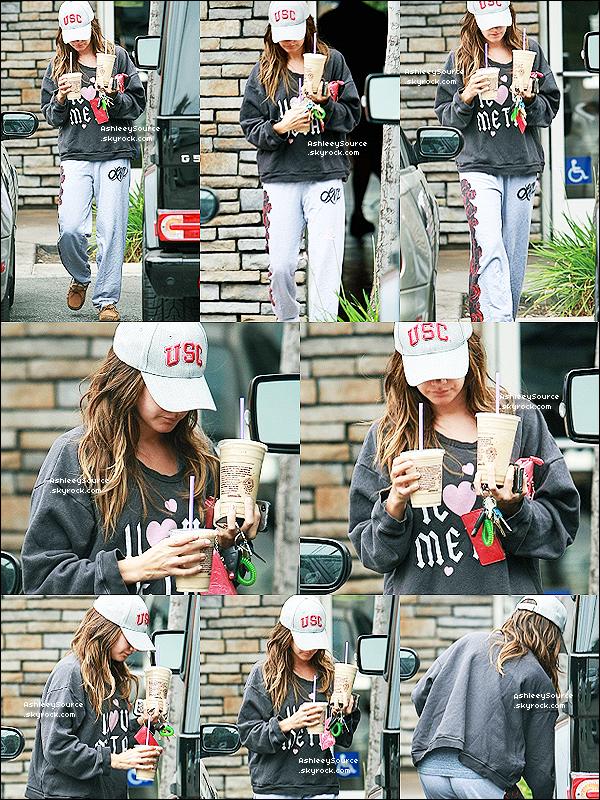 14 mai 2011 - Ashley sortant de chez Coffee Bean où elle est allé chercher un café froid. Pour moi c'est un FLOP , je n'aime vraiment pas la tenue,surtout ses chaussure, et toi ?