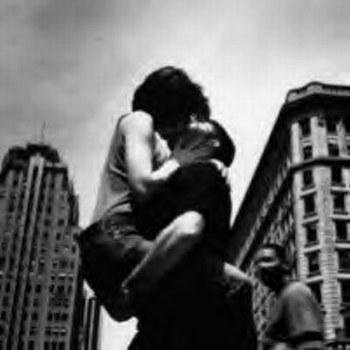 « Dépêchez-vous de vivre, dépêchez-vous d'aimer. Nous croyons toujours avoir le temps, mais ce n'est pas vrai. Un jour, nous prenons conscience que nous avons franchi le point de non-retour, ce moment où l'on ne peut plus revenir en arrière. Ce moment où l'on se rend compte qu'on a laissé passer sa dernière chance.. »