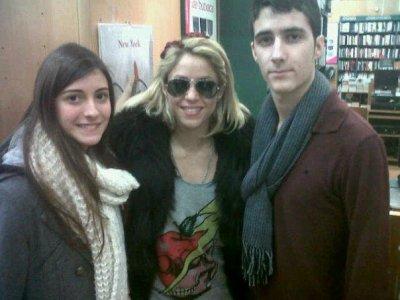 Shakira et 2 fans a la maison du livre a Barcelone. 31 Janvier