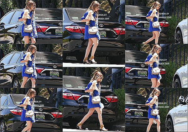 * 02/05/16 : Ashley a été repérée alors qu'elle se promenait avec sa chienne Maui dans les rues de Los Angeles. Dommage qu'on ne voit pas trop le visage d'Ashley. En tout cas j'aime bien sa robe bleue, ses chaussures et son sac aussi. C'est un Top pour moi !  *
