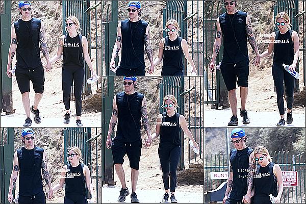 * 30/07/16 : Ashley a été aperçue se promenant avec son mari dans le «  Runyon Canyon » - dans Los Angeles. Ashley est belle et souriante. Elle porte une tenue qui est plutôt simple mais que j'aime bien. Ses lunettes de soleil sont superbes aussi. C'est un Top  *