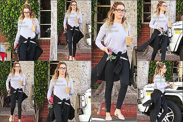 * 07/03/15 :  Ashley Tisdale a été vue quittant le « Priscilla's Gourmet Coffee, Tea & Gifts » - à Toluca Lake. Ashley est jolie, les lunettes lui vont vraiment bien je trouve. J'aime beaucoup la tenue qu'elle porte, même ses chaussures. C'est un Top pour moi.  *