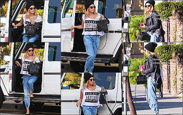 * 16/10/14 : Ashley a été vue quand elle quittait le « WundaBar Pilates  » - avec Vanessa Hudgens à Studio City. Plus tard dans la journée, Ashley a été aperçue faisant du shopping au Robertson Boulevard dans West Hollywood, un Top pour sa deuxième tenue.  *