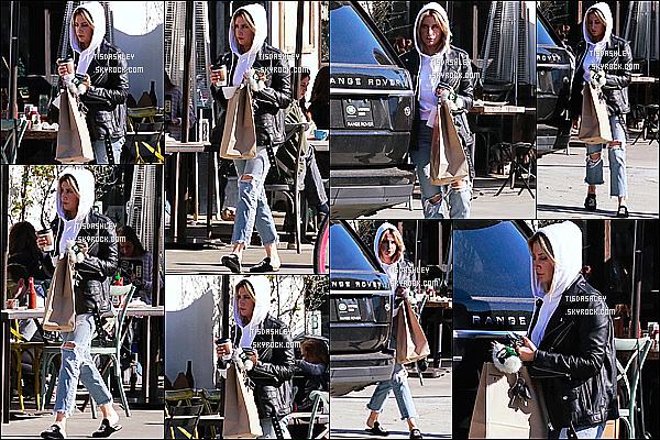 * 30/11/18 :    Ashley Tisdale a été repérée quand elle arrivait puis quittait un restaurant dans les rues de Los Angeles. Ca fait plaisir de voir qu'Ashley Tisdale sort pas mal en ce moment. Elle était très belle. J'aime beaucoup la tenue qu'elle porte. Je lui donne donc un Top.  *