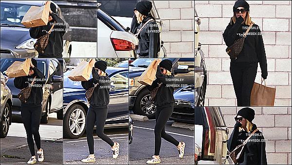 * 27/11/18 :    Ashley Tisdale été vue se rendant puis quittant le magasin « Little Moon » - se trouvant dans Studio City. Ashley Tisdale était très jolie. Je suis fan de la tenue qu'elle porte. Le bonnet et les lunettes de soleil lui vont bien je trouve - C'est donc un Top pour moi !  *