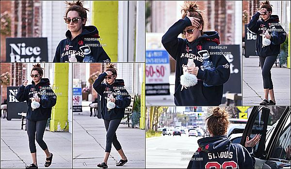 * 15/03/17 : Ashley a été repérée alors qu'elle quittait son cours de gym qui se situe dans les rues de Studio City. Plus tard, Ashley a été vue quittant le magasin Trader Joe's et rejoignant sa voiture toujours dans Studio City. Sa tenue de sport est sympa - Top.  *