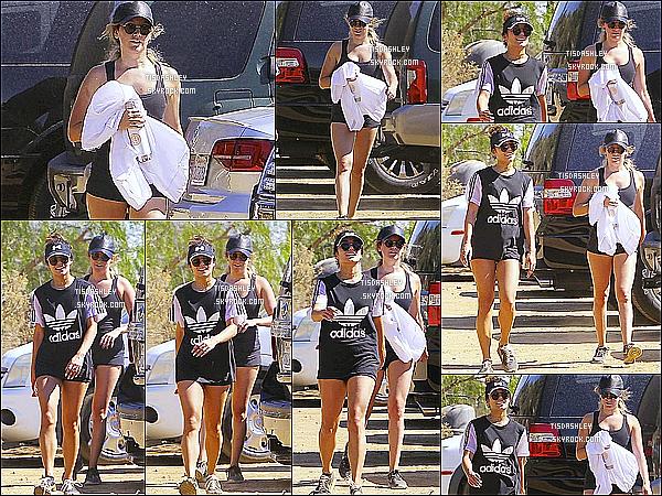 * 29/09/16 : Ashley T. a été aperçue faisant une randonnée au « Runyon Canyon » avec Vanessa à Los Angeles. Ca fait plaisir de voir les deux meilleures amies ensembles. Ashley porte une tenue assez simple que j'aime bien. Sa casquette est superbe. Un Top.  *