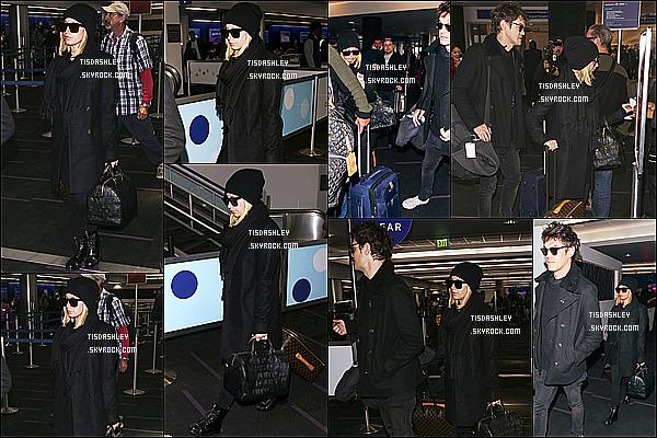 * 06/12/18 :    Ashley Tisdale a été répérée - quand elle arrivait avec Christopher à l'aéroport « LAX » - de Los Angeles. Ashley se rend avec son copain à New York pour un événement. Ashley est superbe. J'aime bien la tenue qu'elle porte même si elle est sombre. Un Top.  *
