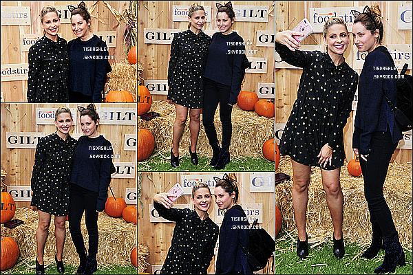 * 29/10/16 : Ashley Tisdale a assité à l'événement « Gilt & Foodstirs » avec sa soeur Jennifer Pacific Palisades. Ashley est ravissante avec ses oreilles de chat. Ca fait un moment qu'on ne l'avait pas vu avec sa soeur. J'aime bien la tenue qu'elle porte. Un Top  *