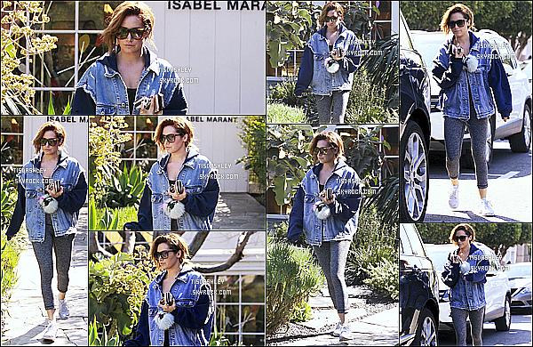 * 13/03/17 : Ashley T. a été vue quand elle arrivait puis quittant le magasin « Isabel Marant » à West Hollywood. Ashley est belle. Je suis fan de sa coiffure. Elle porte une tenue simple mais que j'aime bien. Ses lunettes sont superbes aussi, c'est un Top pour moi  *