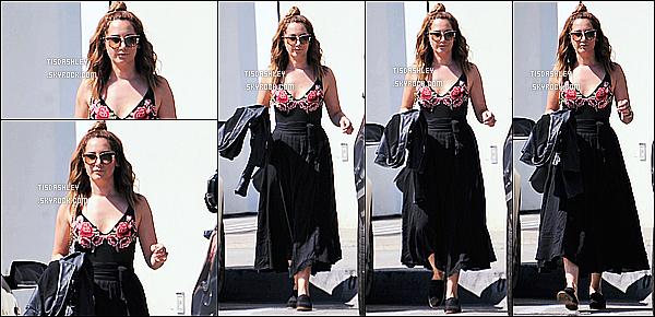 * 12/03/17 : Ashley a été vue se rendant puis quittant le restaurant « Catch » avec une amie dans West Hollywood. Au restaurant, Ashley a retrouvé des amies notamment Vanessa Hudgens pour un brunch. Ashley est très belle. J'aime bien sa robe. Top pour moi.  *