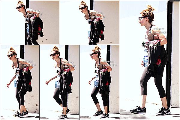 * 30/03/17 : Ashley a été repérée alors qu'elle quittait la salle de sport « Rise Movement », dans West Hollywood. Il n'y a pas beaucoup de photos disponibles. Ashley porte une tenue de sport simple mais que j'aime assez. Ses lunettes de soleil sont jolies. Un Top  *