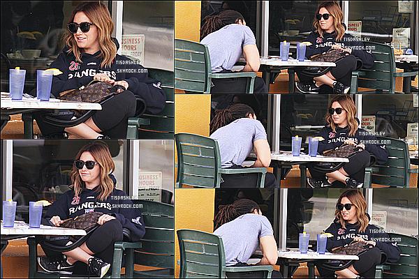 * 22/03/17 : Ashley Tisdale  a été repérée alors qu'elle était sur la terrasse d'un restaurant - à West Hollywood. Ashley est allée déjeuner avec son coach dans les rues de West Hollywood. Ashley est belle et souriante. Sa tenue est simple mais superbe - Top !  *