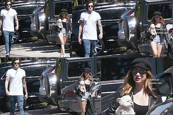 * 13/05/17 : Ashley a été repérée alors qu'elle se promenait - dans les rues de Los Angeles avec son mari Chris. Ashley était belle. J'aime beaucoup son look. Sa casquette et ses lunettes de soleil lui vont bien. Sa tenue est superbe. C'est donc un Top pour moi.  *