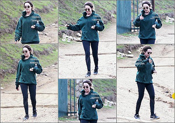 * 15/12/16 : Ashley T. a été repérée alors qu'elle faisait une randonnée au « Runyon Canyon » - à Los Angeles. Ashley est belle et un peu souriante. Elle porte une tenue de sport basique mais que j'aime bien. Ses lunettes de soleil sont superbes. Top pour moi.  *