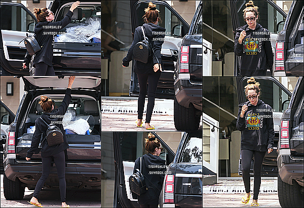 * 08/06/17 : Ashley Tisdale a été repérée alors qu'elle quittait un salon de manucure se trouvant à Los Angeles. Dommage qu'il n'y ait pas tellement de photos. Ashley est superbe. J'aime beaucoup la tenue qu'elle porte même si c'est simple. Un Top pour moi !  *