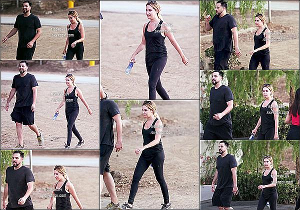 * 23/08/16 : Ashley T. a été aperçue se promenant dans le «  Runyon Canyon » avec un ami - dans Los Angeles. Ashley T. était belle. Elle porte une tenue de sport noire simple mais que j'aime bien. J'aime trop aussi ses baskets. C'est donc un Top pour ma part.  *