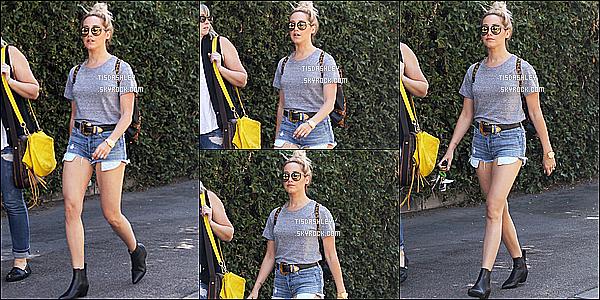 * 16/07/15 : Ashley T. a été aperçue lorsqu'elle quittait le « Aroma Cafe » avec sa soeur Jennifer, à Los Angeles. Après quelques jours sans nouvelles, Ashley décide de sortir avec sa grande soeur. J'aime bien sa tenue, ça change de d'habitude. Un top pour moi.  *