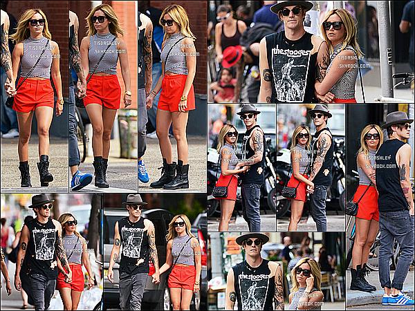 * 30/07/14 : Ashley, accompagnée de son fiancé Chris a été aperçue se promenant - dans les rues de New York. Dans la même journée, le couple a été repéré allant chercher à manger du côté de East Village.  J'aime beaucoup sa première tenue mais pas l'autre.  *