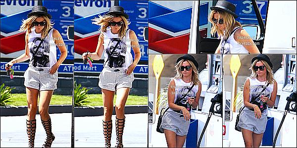 * 14/08/14 : Plus tard, Ashley a été repéré à une station d'essence pour faire le plein de sa voiture à Hollywood. C'est une journée chargée pour Ashley. Comme c'est la même journée elle porte la même tenue que dernièrement. Vous conaissez déjà mon avis.  *
