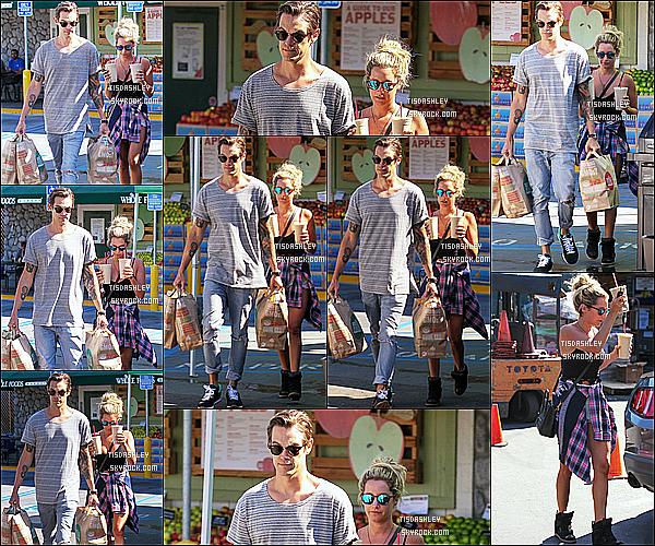 * 21/09/14 : Ashley et Christopher sont allés faire des courses au magasin « Whole Foods »  - dans Studio City. Ashley et Christopher ne se quittent plus en ce moment, ils sont mignons. J'aime beaucoup la tenue que porte Ashley. C'est un beau Top pour moi.  *