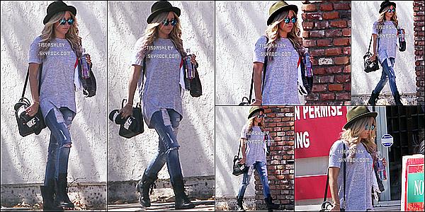 * 30/09/14 : Ashley a été aperçue quittant son cours de sport au « WundaBar Pilates » , situé dans Studio City. Un peu plus tôt, Ashley a été repérée arrivant à cette salle de sport. J'aime bien les deux tenues qu'elle porte, préférence pour la première. 2 Tops !  *