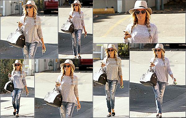 * 19/10/14 : Ashley T. a été repérée seule, alors qu'elle quittait le « Aroma Cafe » qui se trouve dans Studio City. J'aime totalement le look d'Ashley, elle est ravissante comme ça. Sa tenue est très jolie et les tresses et son chapeau lui vont à ravir.  Un Beau Top.  *