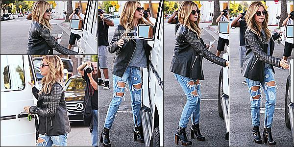 * 21/10/14 : Ashley a été aperçue lorsqu'elle quittait le salon de coiffure « Andy Lecompte » à West Hollywood. Ashley a donc fait enlever ses extensions. Elle est très jolie je trouve et j'aime beaucoup la tenue qu'elle porte, ainsi que son sac. Un Top pour moi.  *