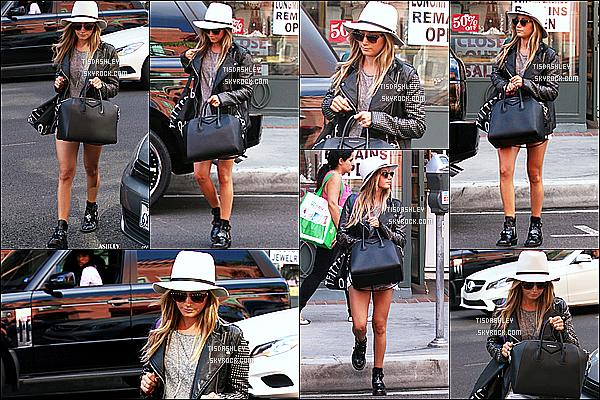 * 30/10/14 : Ashley Tisdale a été repéré seule, alors qu'elle faisait du shopping - dans les rues de Beverly Hills. Dommage qu'Ashley n'est pas très souriante. Sinon j'aime absolument tout dans la tenue qu'elle porte, c'est très jolie. C'est un beau Top pour moi !  *