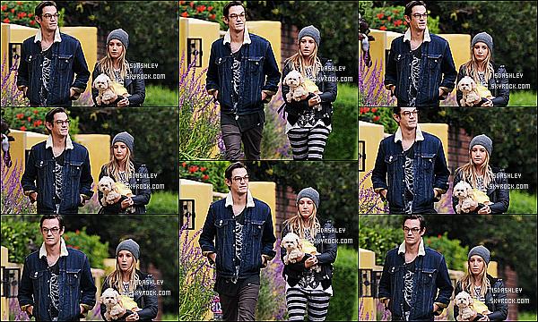 * 31/10/14 : Ashley, Christopher et Maui ont été aperçus faisant une promenade dans le quartier de Toluca Lake. C'est le jour d'Halloween que nous retrouvons notre couple. On peut voir que Maui porte une petit déguisement pour l'occassion. Top pour sa tenue.  *