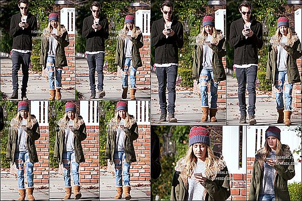 * 26/12/14 :  Ashley  et Christopher ont été aperçus alors qu'ils se promenaient, dans le quartier de Toluca Lake. Tous deux étaient focalisés sur leur portable. Dommage qu'Ashley ne sourit pas. Sinon j'aime beaucoup la tenue qu'elle porte. Je lui accorde un Top.  *