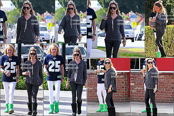 * 01/02/15 :  Ashley Tisdale a été repérée se promenant avec sa mère Lisa dans le quartier de Toluca Lake (LA) Ashley a ensuite été vue quittant le Priscilla's Gourmet Coffee, Tea & Gifts toujours avec sa mère à Toluca Lake. J'aime bien la tenue qu'elle porte.  *