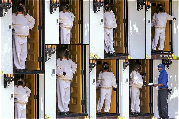 * '•-09/03/21 ─-' Ashley a été repérée alors qu'elle était sur le palier de sa maison - située dans le quartier de Los Feliz, CA. Ashley signait des papiers devant sa porte. Ashley est belle. Elle porte une tenue plutôt simple mais que j'aime assez. Je lui donne un Top. *