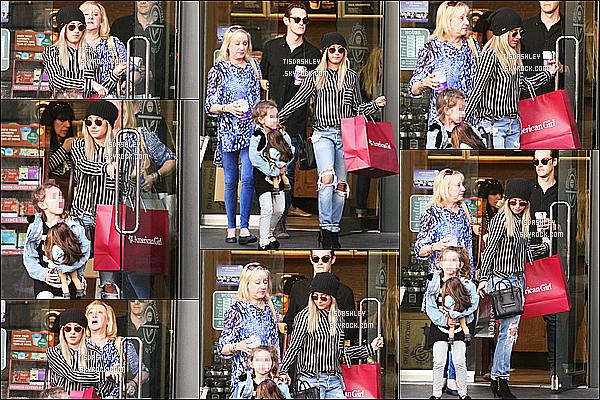 * 17/02/15 :  Ashley Tisdale  a été aperçue quand elle sortait du  « Coffee Bean & Tea Leaf » à West Hollywood. Ashley sortait en famille. Sa mère Lisa, sa nièce Mikayla et Christopher étaient présents. J'aime beaucoup la tenue que porte Ashley. C'est un Top.  *