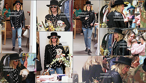* 02/12/18 :    Ashley a été vue quand elle faisait du shopping au magasin « Little Moon » - se situant dans Studio City. Plus tard, Ashley et Christopher se sont rendus au Farmer's Market à Los Angeles. Ashley est jolie. J'aime bien la tenue qu'elle porte. Donc Top pour moi.  *
