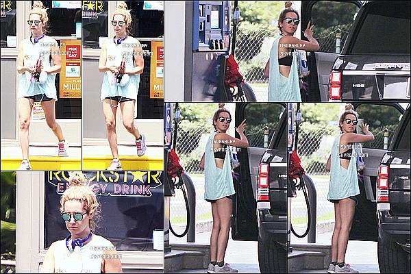 * 23/07/15 : Ashley Tisdale a été repérée lorsqu'elle était dans une station d'essence - située dans Hollywood. Plus tard, Ashley a été vue faisant une randonnée au Runyon Canyon toujours à Hollywood. Elle porte une tenue de sport simple mais j'aime bien.  *